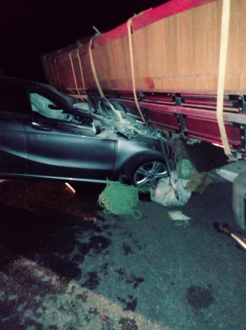 O condutor e a passageira não resistiram aos ferimentos e morreram no local. — Foto: Reprodução/TV Verdes Mares