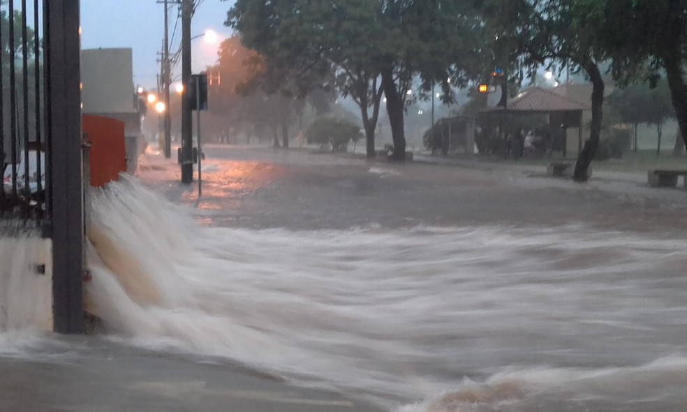 Parque do Povo, em frente à TV Fronteira, foi totalmente alagado — Foto: Valmir Custódio/TV Fronteira
