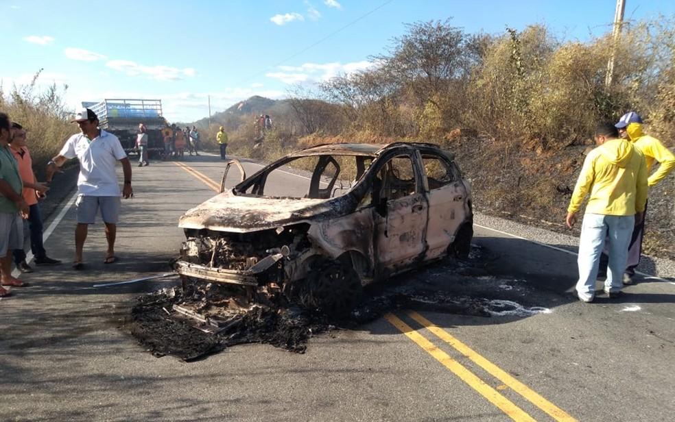 Um dos carros ficou incendiado durante a ação contra carro forte, no Sertão da Paraíba — Foto: Beto Silva/TV Paraíba