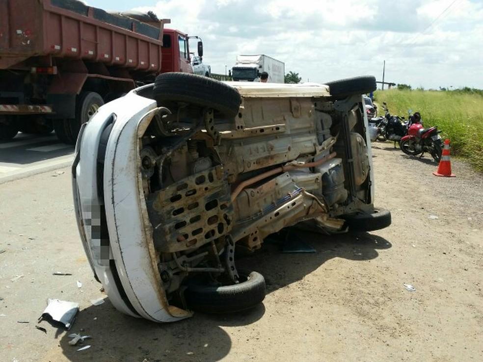 Veículo atingido capotou, ferindo todos os seus seis ocupantes (Foto: Divulgação/PRF)