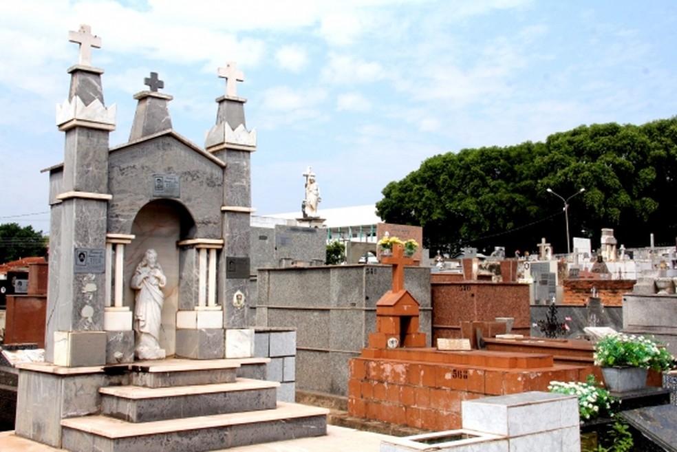 Agentes reforçam limpeza de cemitérios de Maceió para o Dia de Finados