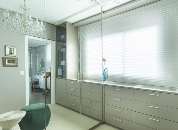 Muitos armários, muitas gavetas e muitos espelhos: para manter tudo organizado, a proprietária pediu a Gabriel Bordin um closet de sonhos. Foi atendida (Foto: Mariana Boro/Divulgação)