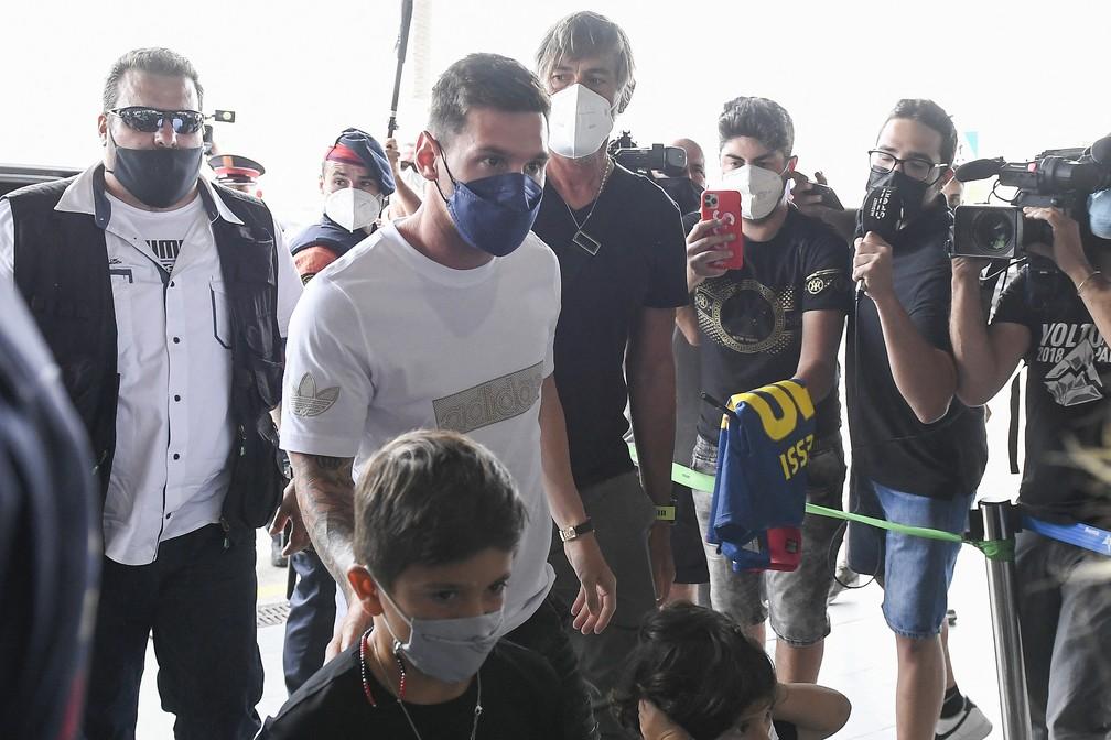 Messi foi cercado na chegada a aeroporto de Barcelona — Foto: AFP