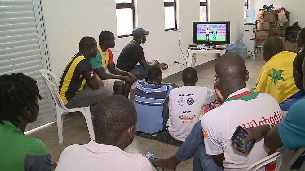 Imigrantes africanos assistiram a partida de dentro do Ginásio Costa Rodrigues, em São Luís (Foto: Reprodução/TV Mirante)