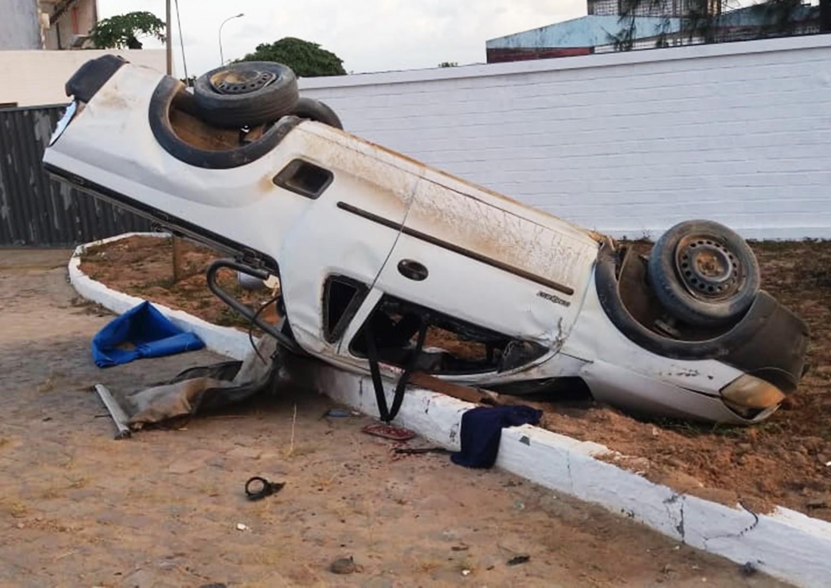 Tentativa de assalto termina com carro capotado e passageiro morto na BR-304, na Grande Natal