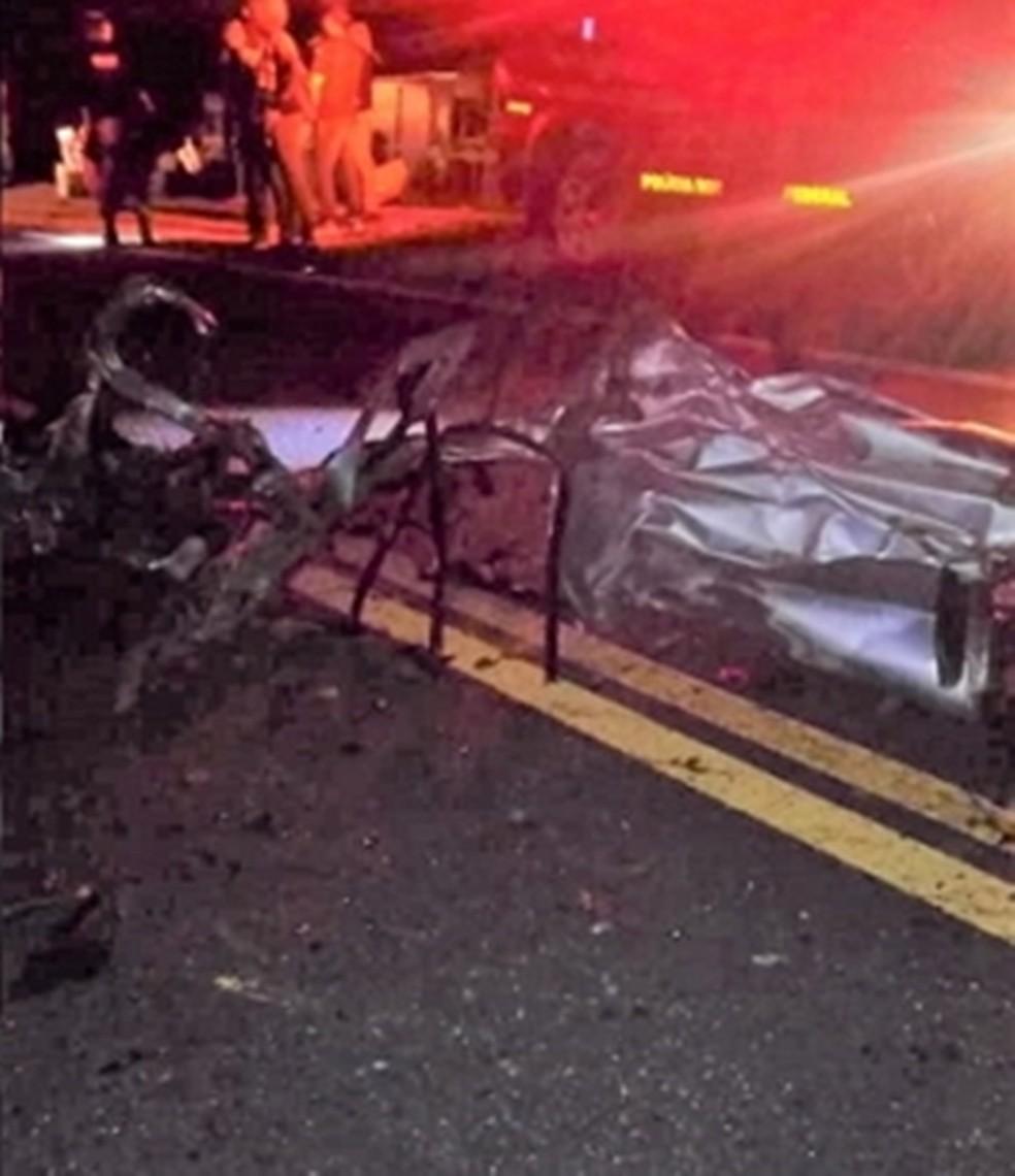 Veículo após colidir em ônibus na BR-423 (Foto: WhatsApp/Reprodução)