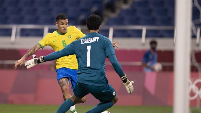 Guilherme Arana tem chance de gol na partida contra o Egito