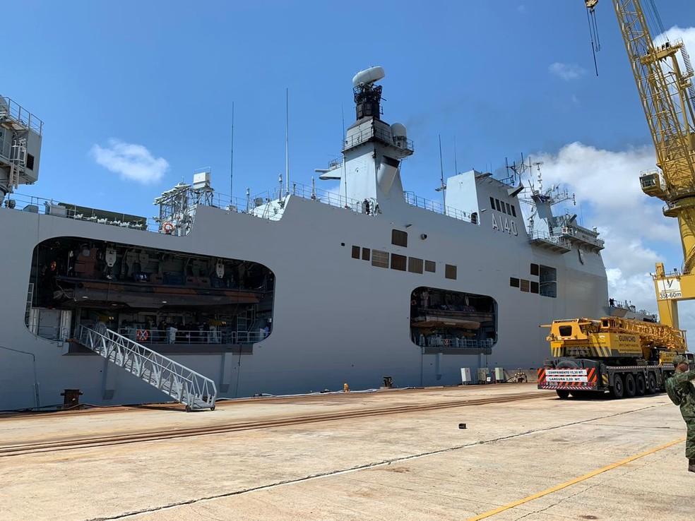 Navio da Marinha do Brasil atracou no Porto de Suape neste domingo (10); fuzileiros vão atuar no combate ao óleo que atinge o Nordeste — Foto: Mhatteus Sampaio/TV Globo