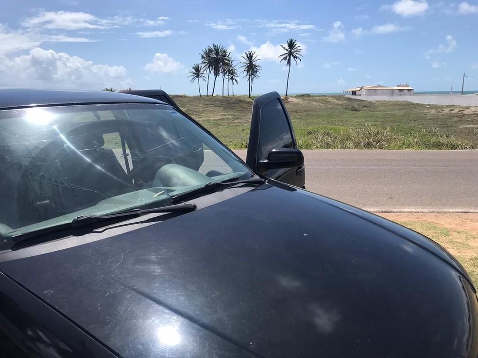 Carro de vítima de arrastão, levado por assaltantes que trocaram tiros com a PM no litoral potiguar — Foto: Kleber Teixeira/Inter TV Cabugi