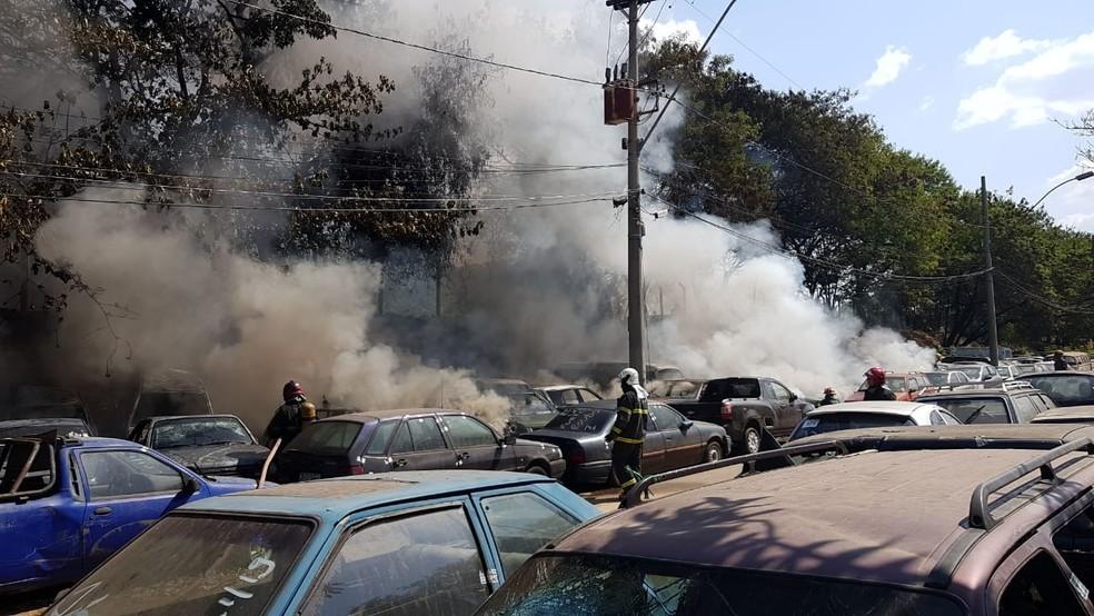 Carros foram atingidos pelas chamas — Foto: Corpo de Bombeiros/Divulgação