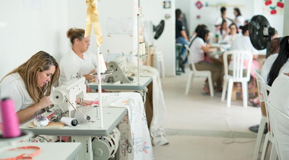 Oficina de costura da marca Tereza, na Penitenciária Feminina II, em Tremembé (SP) (Foto: Divulgação)