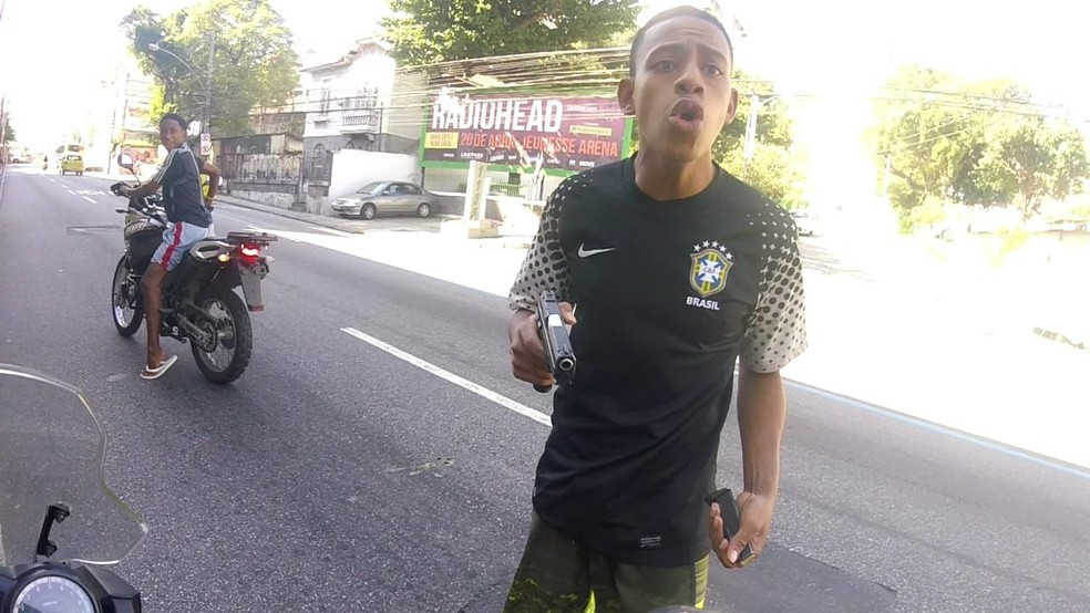 Dupla abordou vítima na Rua Marechal Rondon, na Zona Norte do Rio (Foto: Divulgação/Polícia Civil)
