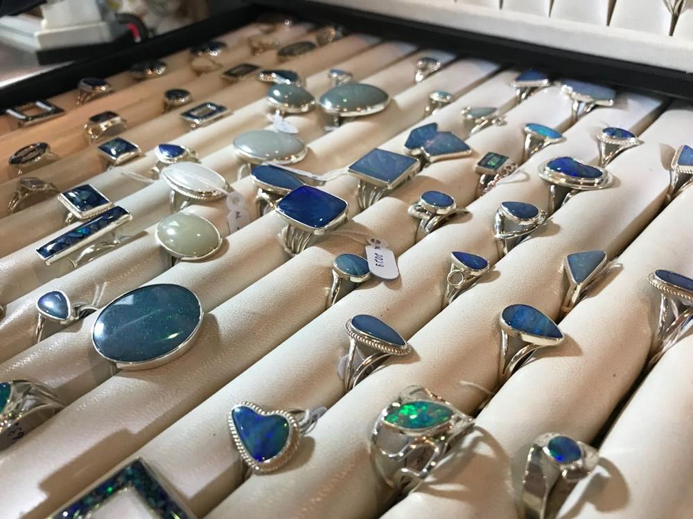 Joias feitas com opala são vendidas na Fenearte (Foto: Penélope Araújo/G1)