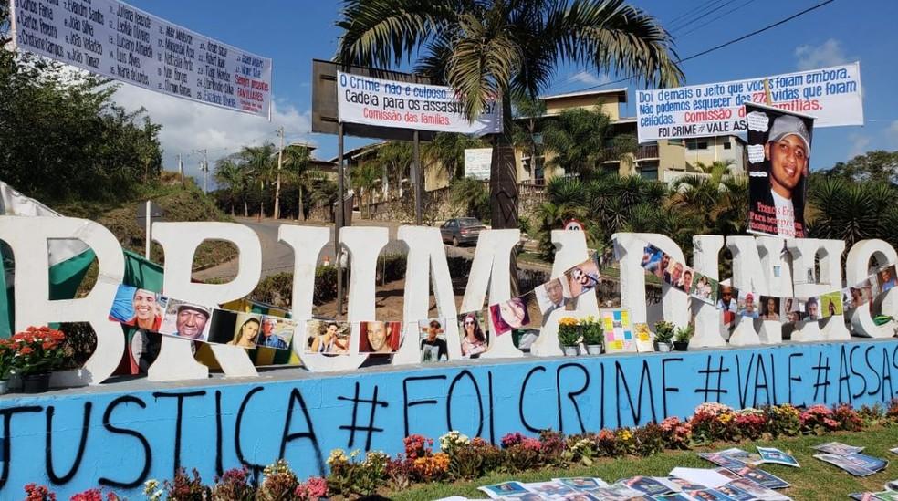 Letreiro na entrada de Brumadinho lembra as vítimas do rompimento da barragem da Vale — Foto: Raquel Freitas/G1 Minas