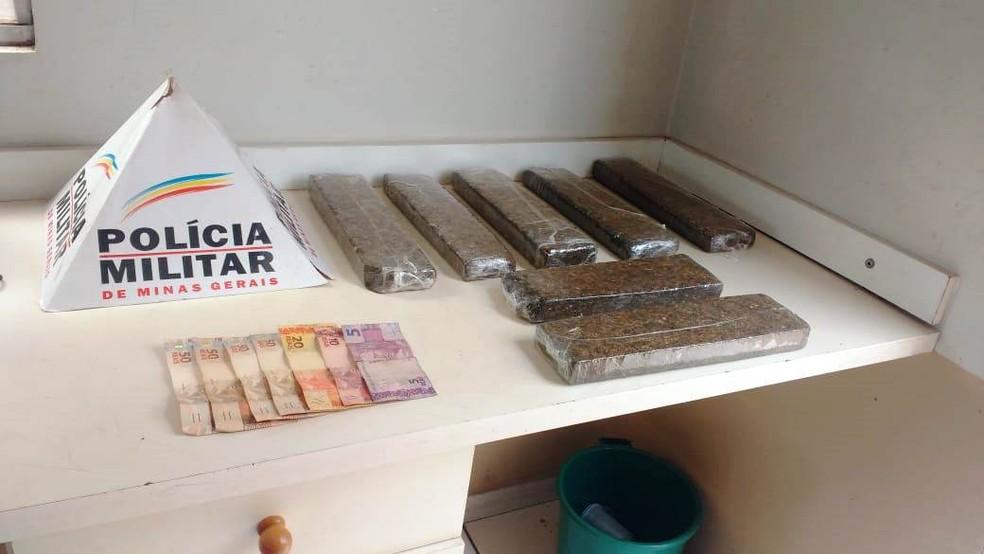 Maconha e quantia em dinheiro foram localizadas em barraco na Ocupação Fidel Castro em Uberlândia (Foto: Polícia Militar/Divulgação )