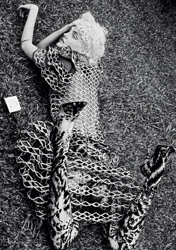 Vestido, Chanel; calça-bota, Balenciaga.  (Foto: Rafael Pavarotti)
