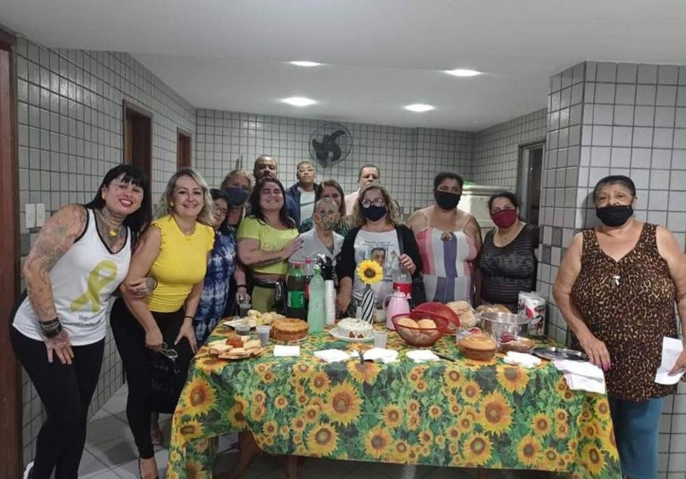 No dia 23 de maio, aniversário do filho morto, Totolinha Costa distribui bolo e kit festa para crianças de rua com o grupo Filhos Eternos — Foto: Arquivo Pessoal