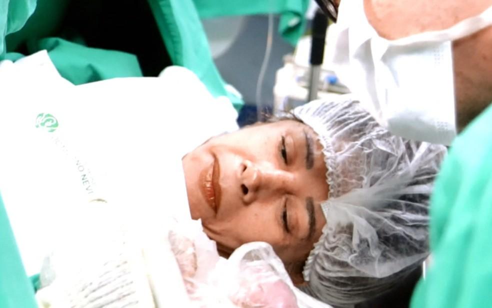 Norma de Oliveira, que foi mãe aos 64 anos, durante parto de Ana Letícia, em Belo Horizonte (Foto: Origem Fotografia/Divulgação)