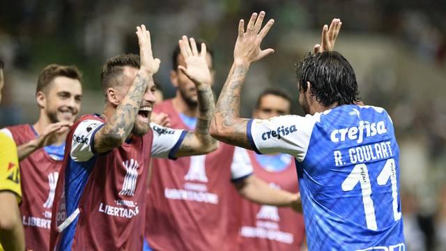 Ricardo Goulart festeja o segundo gol com Lucas Lima