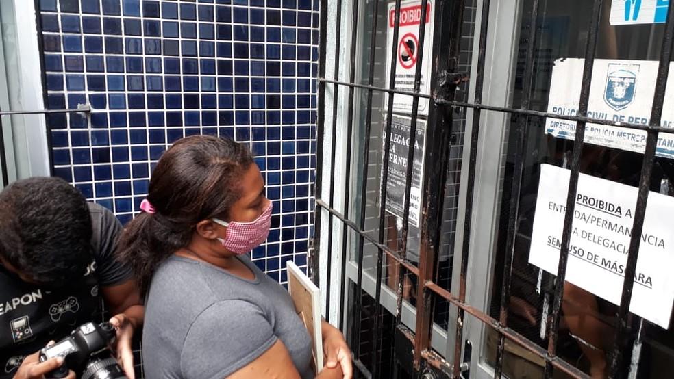 Mirtes Renata de Souza, mãe do menino Miguel, diante da porta da Delegacia de Santo Amaro, onde a ex-patroa prestou depoimento nesta segunda-feira (29) — Foto: Marina Meireles/G1