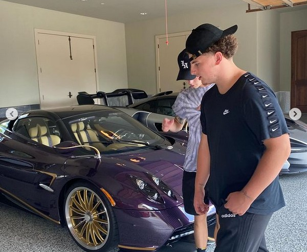 O youtuber adolescente Gage Gillean com o carro que acabou destruído no acidente  (Foto: Instagram)