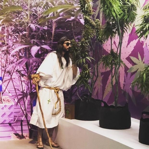 Visitante cheira plantas de maconha no Cannabition (Foto: reprodução/instagram)