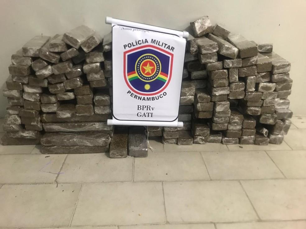 Polícia apreendeu 124,5 kg de maconha escondida dentro de carro — Foto: Polícia Militar/Divulgação
