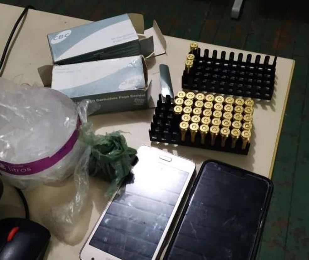Materiais apreendidos foram levados para a Delegacia Metropolitana de Maracanaú — Foto: Polícia Civil