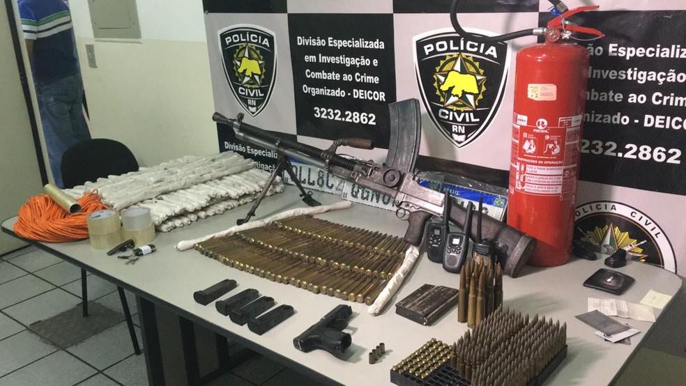 Dinamites, cartuchos, munições e metralhadora foram apreendidas pela Deicor — Foto: Heloísa Guimarães/Inter TV Cabugi