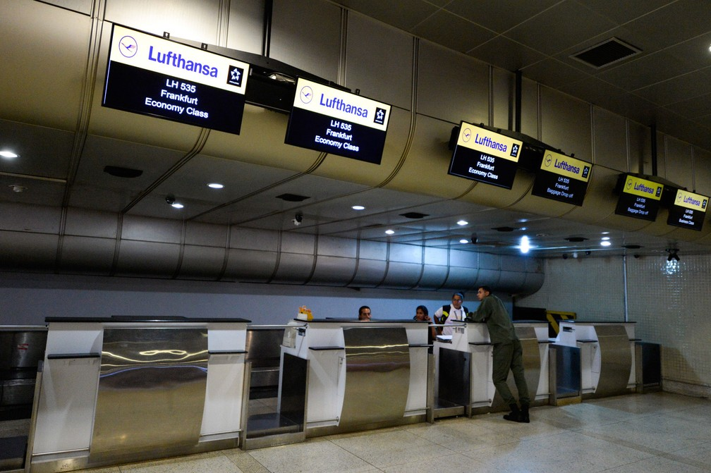 Guichês da Lufthansa vazios no Aeroporto Internacional Simon Bolivar, em Caracas, na Venezuela, em 17 de junho (Foto: Federico Parra/ AFP)
