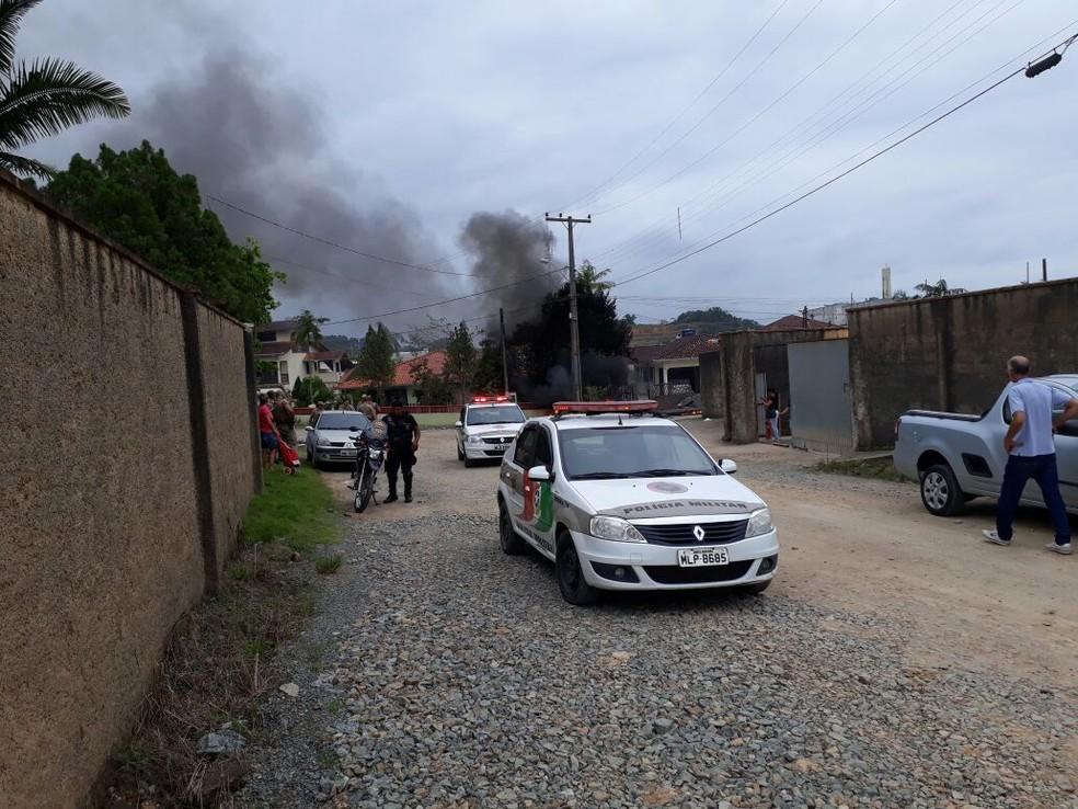 Helicóptero caiu em Joinville após ter sido sequestrado. (Foto: PM/Divulgação)