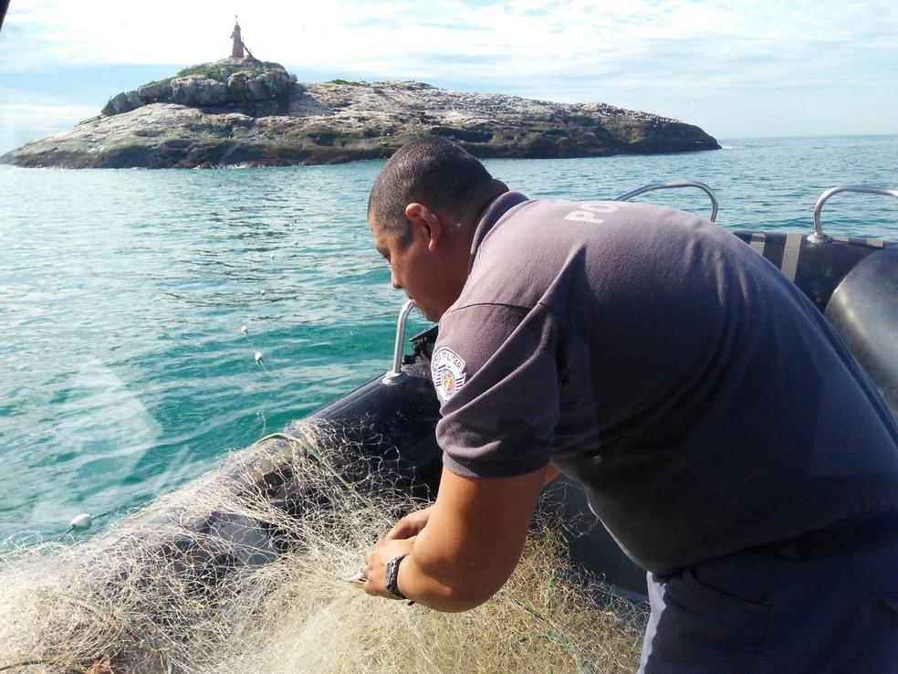 Rede tinha cerca de 200 metros e estava com peixes e crustáceos presos (Foto: Divulgação/PMA)
