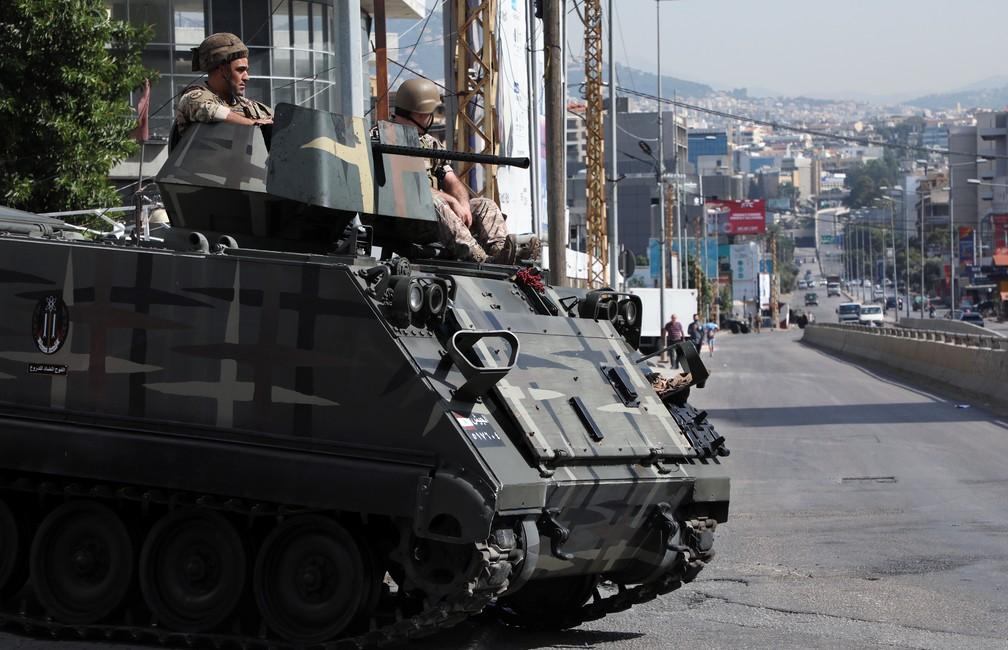 Soldados do Exército patrulham rua de Beirute em 14 de outubro de 2021 após tiros serem disparados perto do local de um protesto contra o juiz Tarek Bitar, que está investigando a explosão do porto da capital do Líbano no ano passado — Foto: Mohamed Azakir/Reuters
