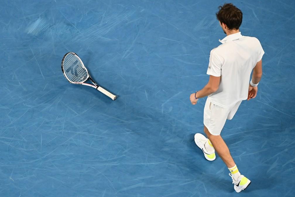 Daniil Medvedev se irrita e quebra raquete na final do Australian Open — Foto: Getty Images