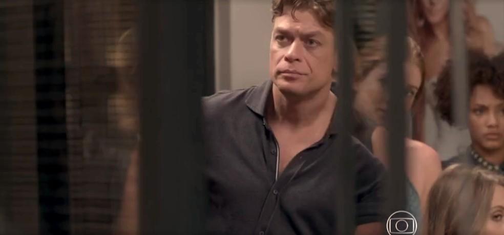 Arthur cobra uma explicação de Carolina — Foto: TV Globo