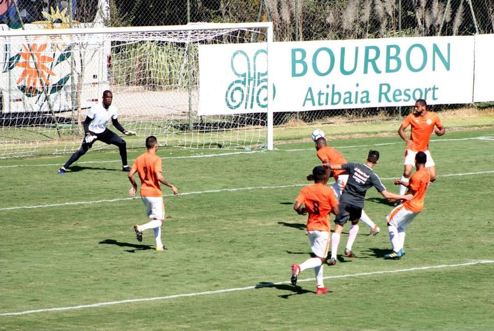 Juan Alano marca contra o Atibaia (Foto: Diego Guichard)