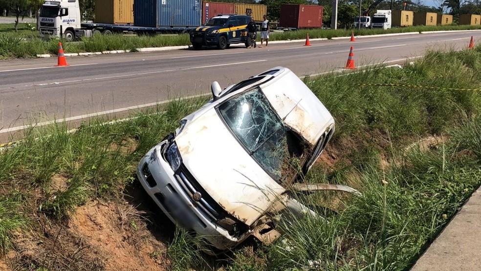 Carro saiu da pista e tombou, após colisão no trecho da BR-101 localizado na Região Metropolitana de João Pessoa — Foto: Walter Paparazzo/G1