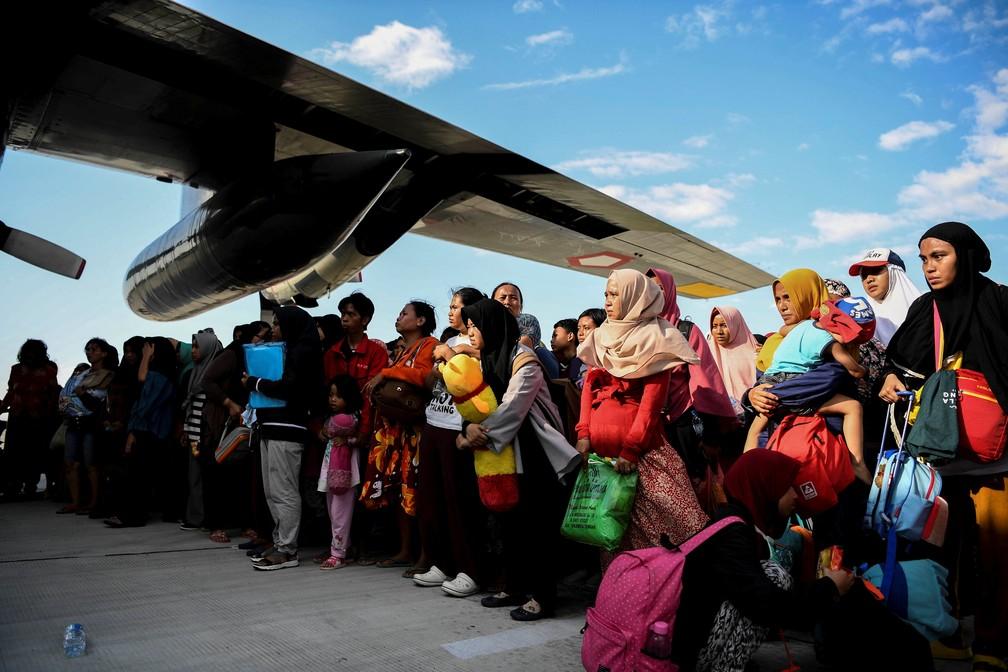 Moradores da Indonésia são evacuados e embarcam em aviões militares no Aeroporto de Palu após série de terremotos e tsunami — Foto: REUTERS