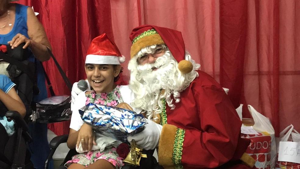 Crianças com deficiência receberam presentes do Papai Noel dos Correios em escola municipal de Teresina — Foto: Lorena Linhares/ G1 PI