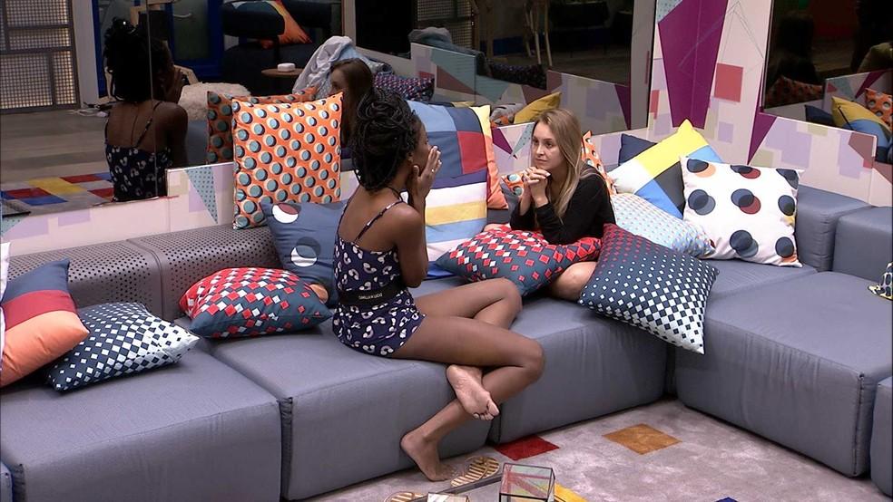 Carla Diaz pede ajuda de Camilla de Lucas no BBB21 — Foto: Globo