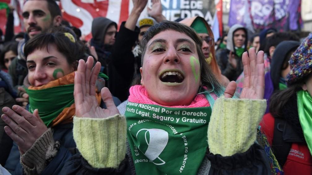 -  Manifestantes comemoram aprovação de lei do aborto em Buenos Aires: mobilização começou em movimento antifeminicídio  Foto: Eitan Abramovich/AFP