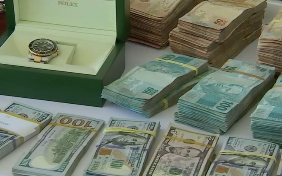 Polícia apreendeu R$ 570 mil em espécie e relógios de luxo suíços — Foto: Reprodução/TV Anhanguera