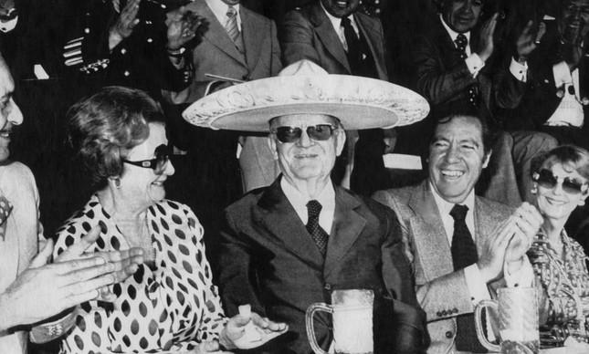 O ditador usa um 'sombrero' em visita ao México