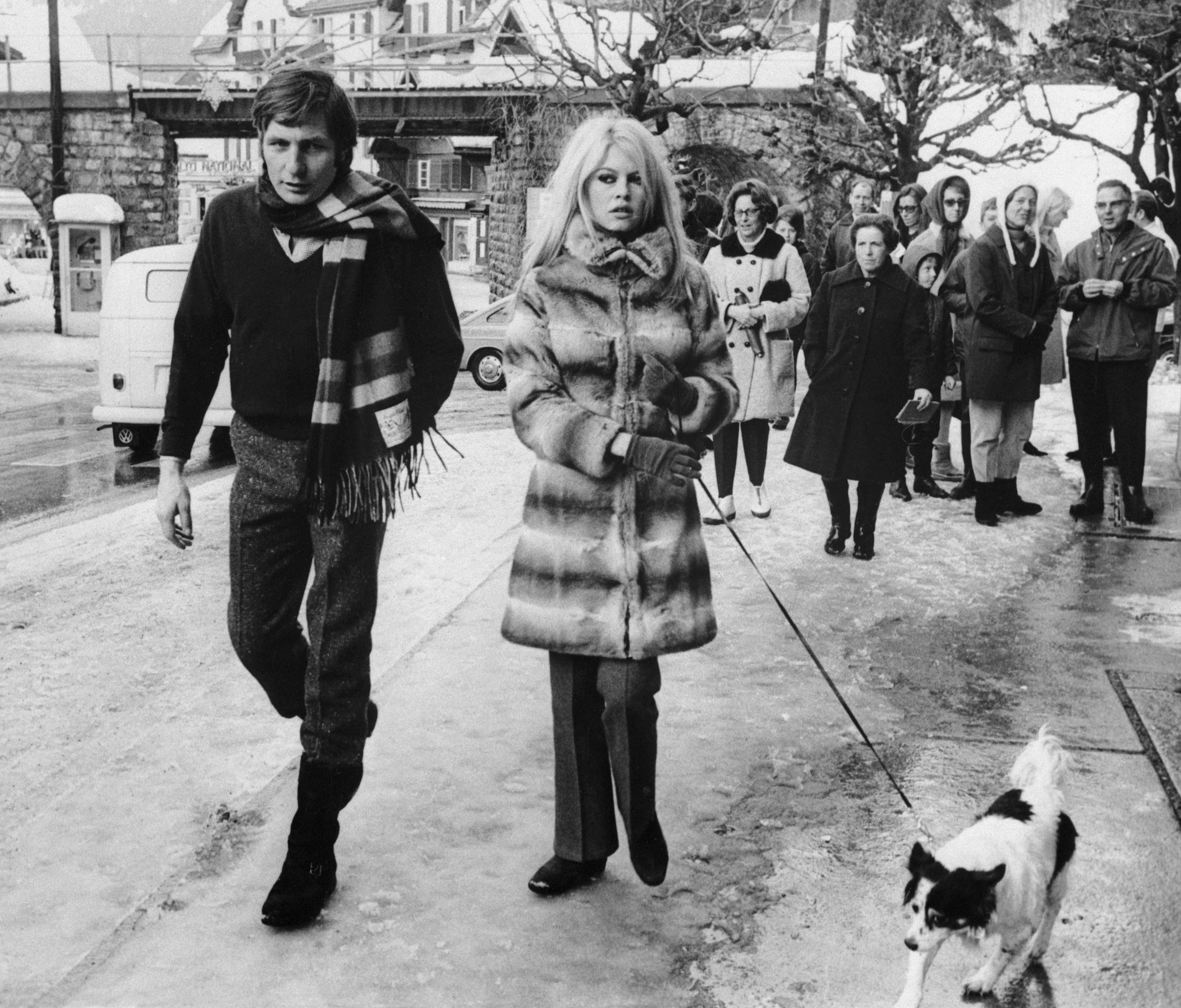 O megacolecionador Gunter Sachs e Brigitte Bardot andam por Gstaad em 1967, quando eram casados (Foto: Getty Images)