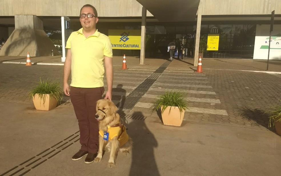 Thiago e a cão-guia Mellie após atravessarem a rua. (Foto: Marília Marques/G1)