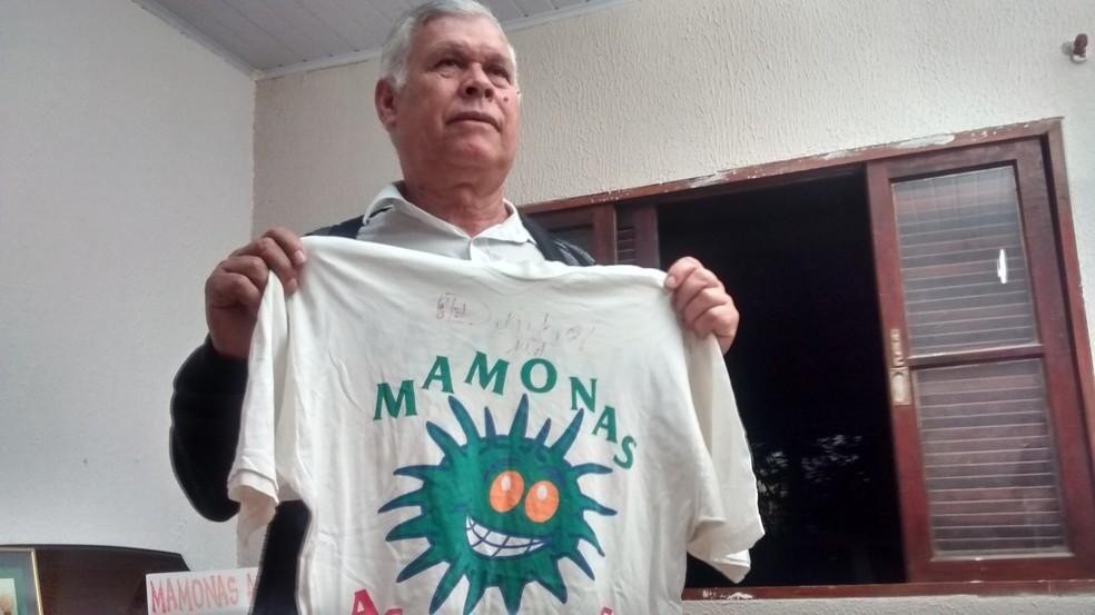 Pai de Dinho guarda uma camiseta autografada pelo filho Dinho (Foto: Douglas Pires/G1)