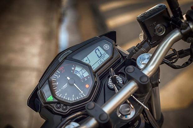 Painel híbrido tem velocímetro grande, shift light e mescla contagiros analógico com todas as indicações digitais (Foto: Daniel das Neves / Autoesporte)