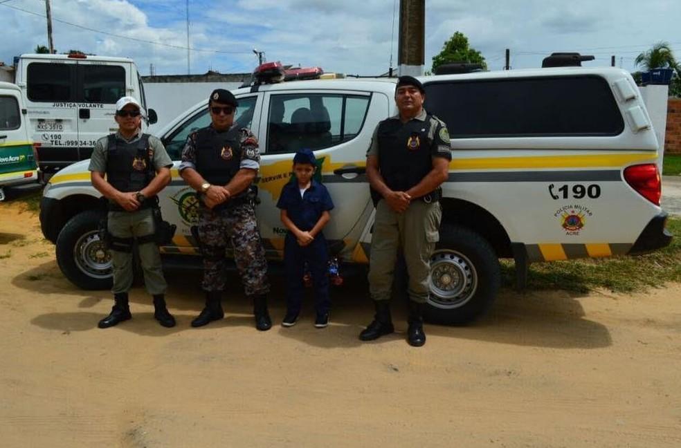 Menino tem sonho de ser policial e pediu do Papai Noel para andar de viatura (Foto: Anny Barbosa/G1)