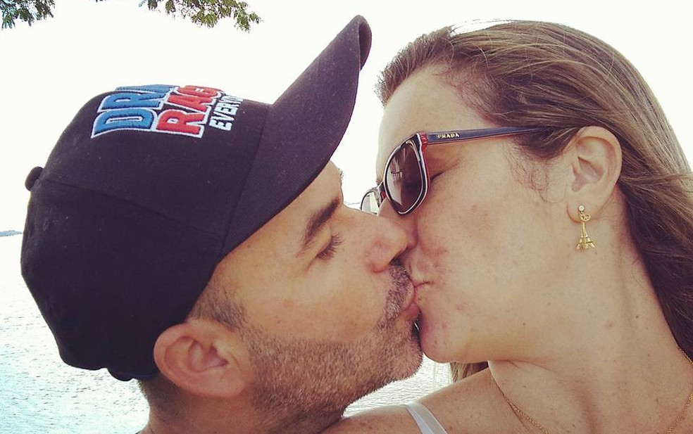 Beijo apaixonado do casal (Foto: Lucélia Ganda/Arquivo Pessoal)