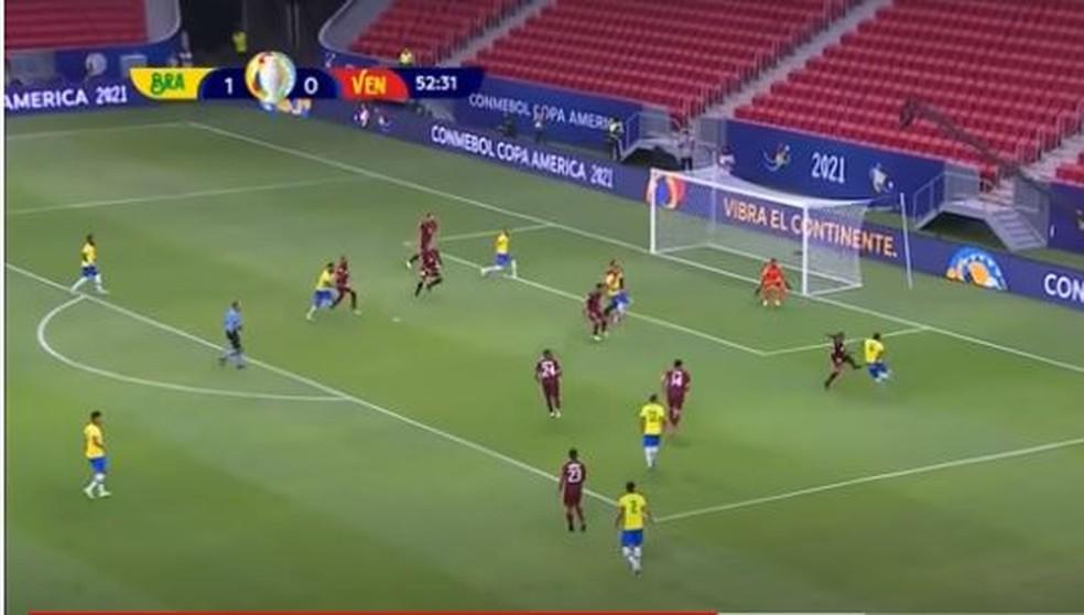 Na sequência do lance, Jesus cruza forte para Neymar, que não alcança a bola — Foto: Reprodução